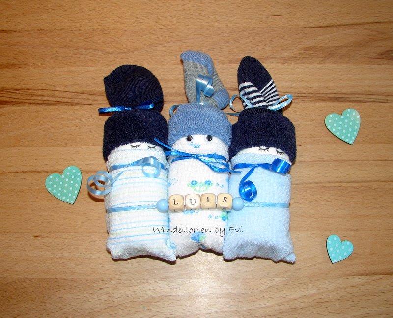 3 blaue Windelbabys nebeneinander liegend