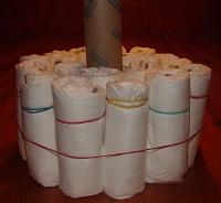 aufgestelle Küchenrolle und 2 Schichten aufgerollte Windeln außen herum, fixiert mit Gummi